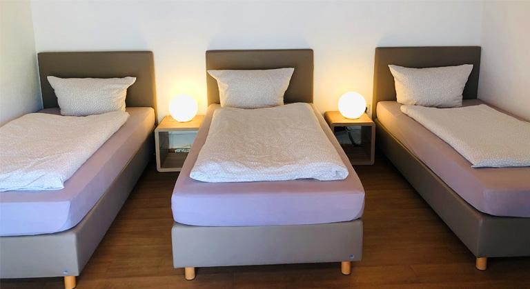 Das dreier Bett im Mehrbettzimmer